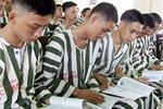 Chùm ảnh 'OneBook' mang sách đến tay tù nhân